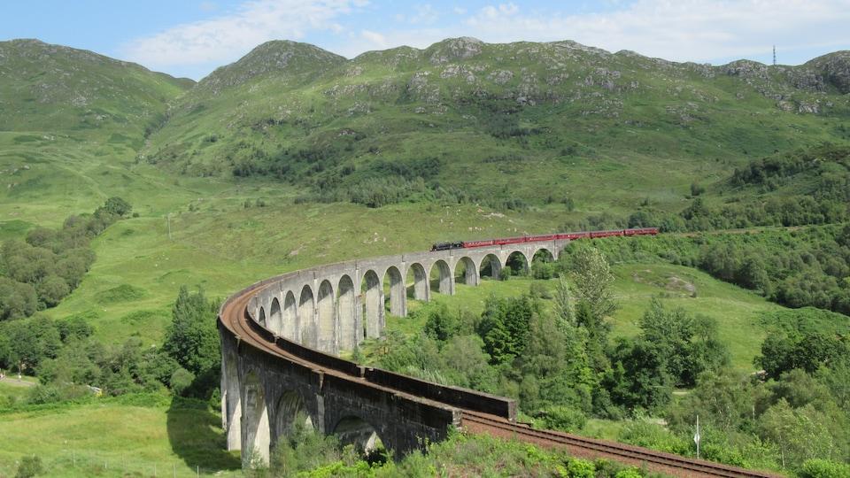 Le viaduc du village de Glenfinnan, en Écosse.