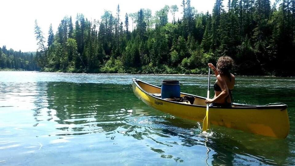 Carolann Gravel-Tremblay faisant du canot sur la rivière Bonaventure