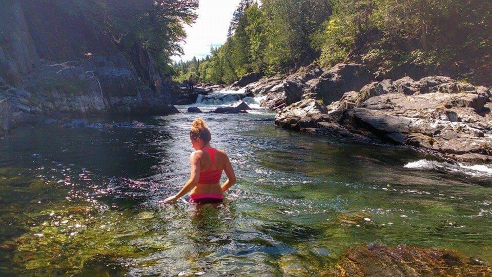 Carolann Gravel-Tremblay se baignant dans une rivière en Gaspésie