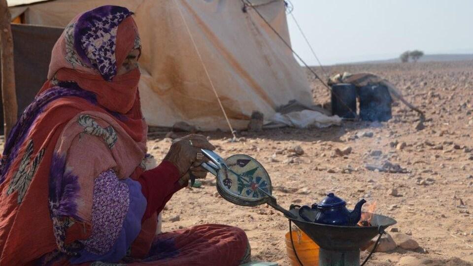 Une femme faisant du thé au Maroc