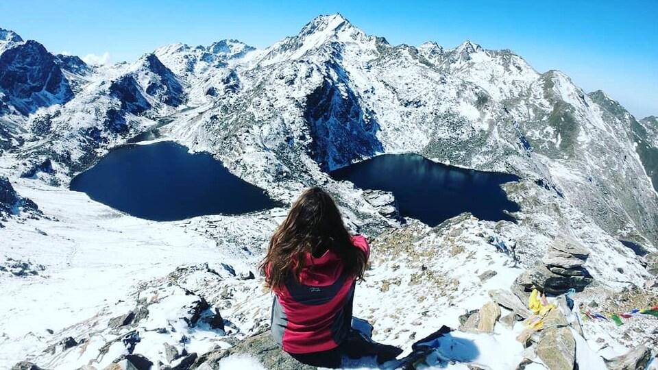 Delphine Fillion de dos admirant le lac Gosaikunda, au Népal