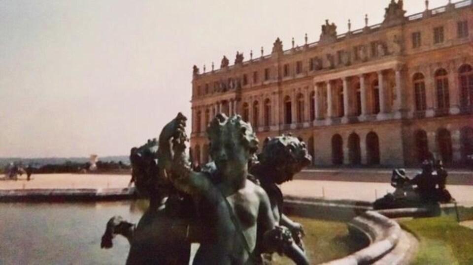 Le château de Versailles et une fontaine fermée