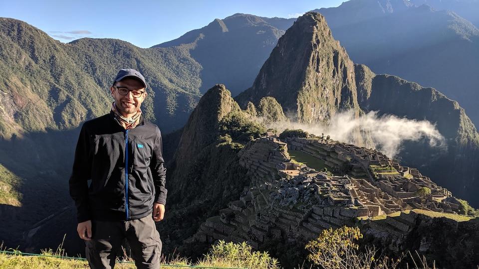 Dominic Munger devant le Machu Picchu, au Pérou
