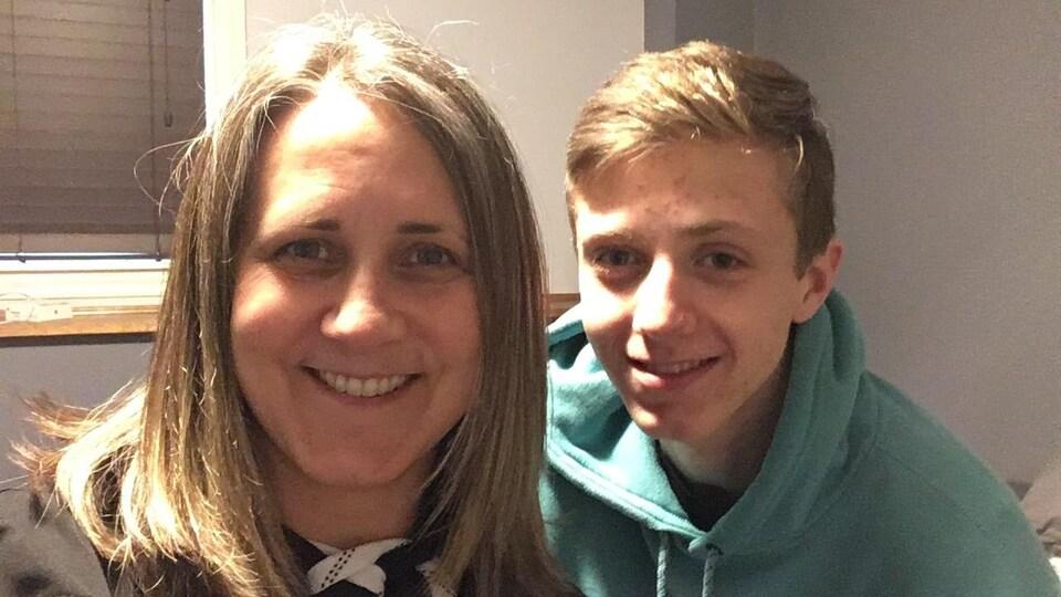 Lise Arntsen et son fils sourient