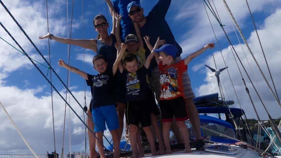 La famille sur le pont d'un voilier.