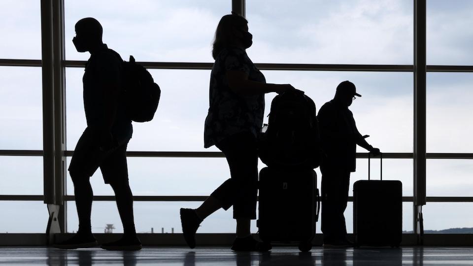 Des voyageurs dans un aéroport.