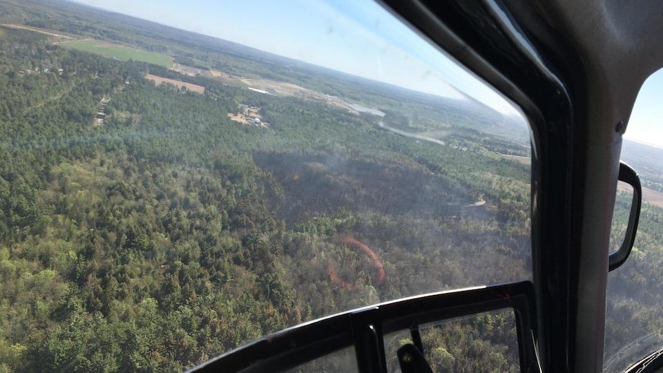 Une vue aérienne du feu de forêt.