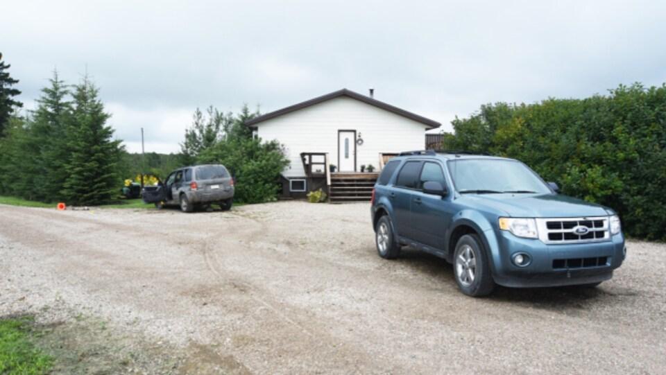 Un VUS gris et un bleu devant la maison des Stanley