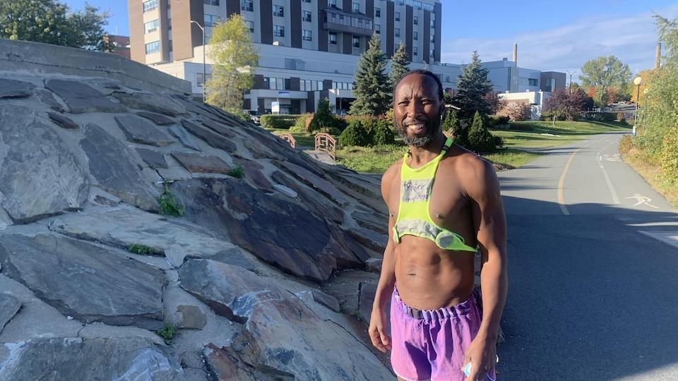 Vuyani Gxoyiya devant l'hôpital de Rouyn-Noranda, souriant.
