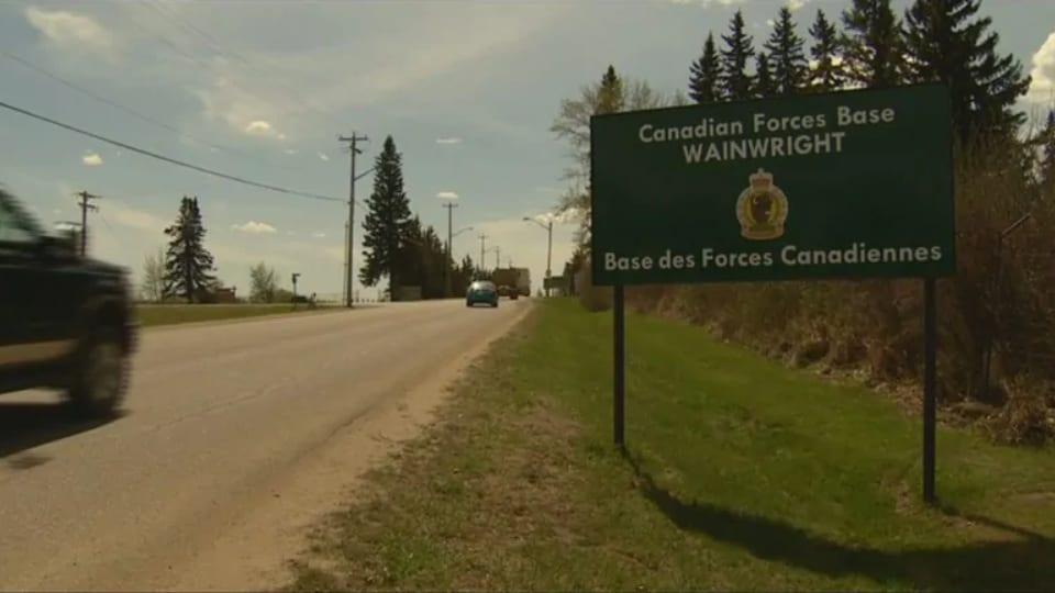 Une pancarte de la Base des Forces canadiennes Wainwright.
