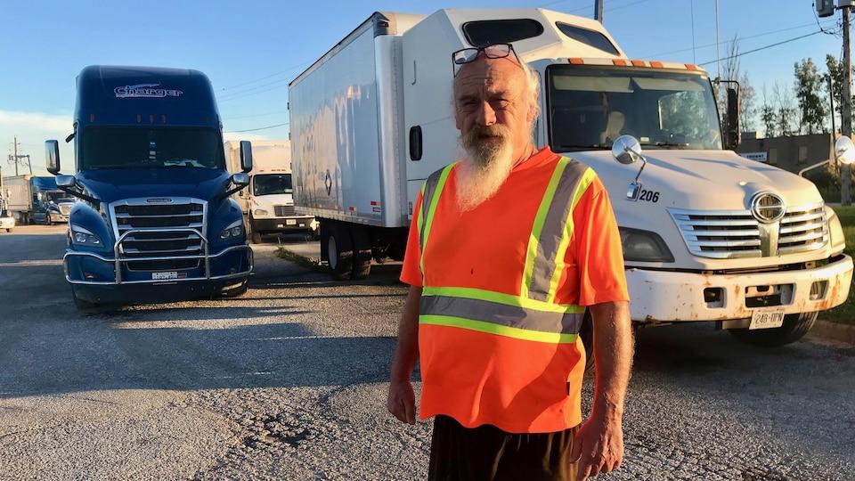 Une photo de Dave Walker devant son camion