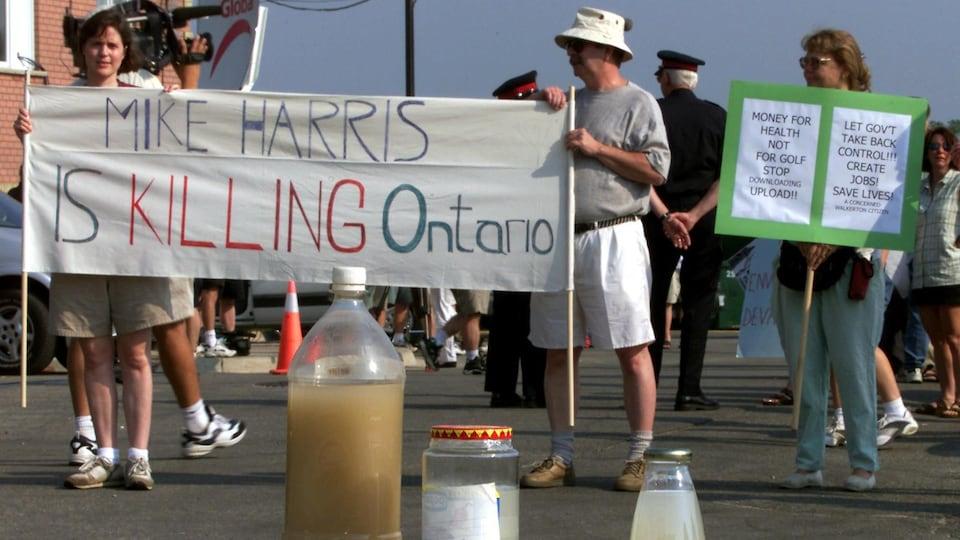 Des protestataires attendent Mike Harris en 2001.