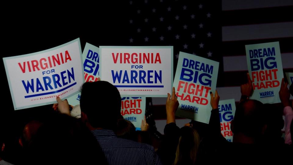 Des pancartes électorales de la campagne d'Elizabeth Warren.