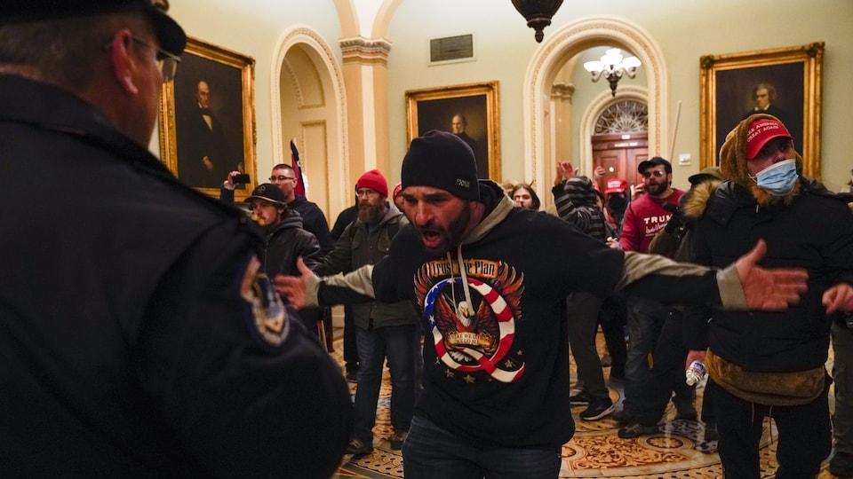 Un manifestant provoquant un policier.