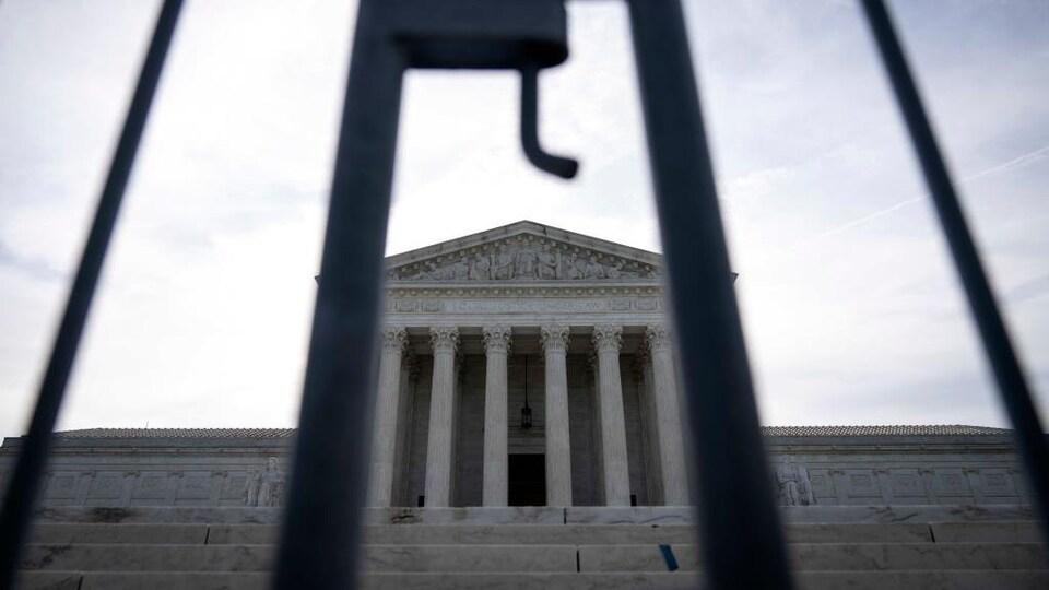 La bâtisse de la Cour suprême des États-Unis, derrière les barreaux d'une clôture.