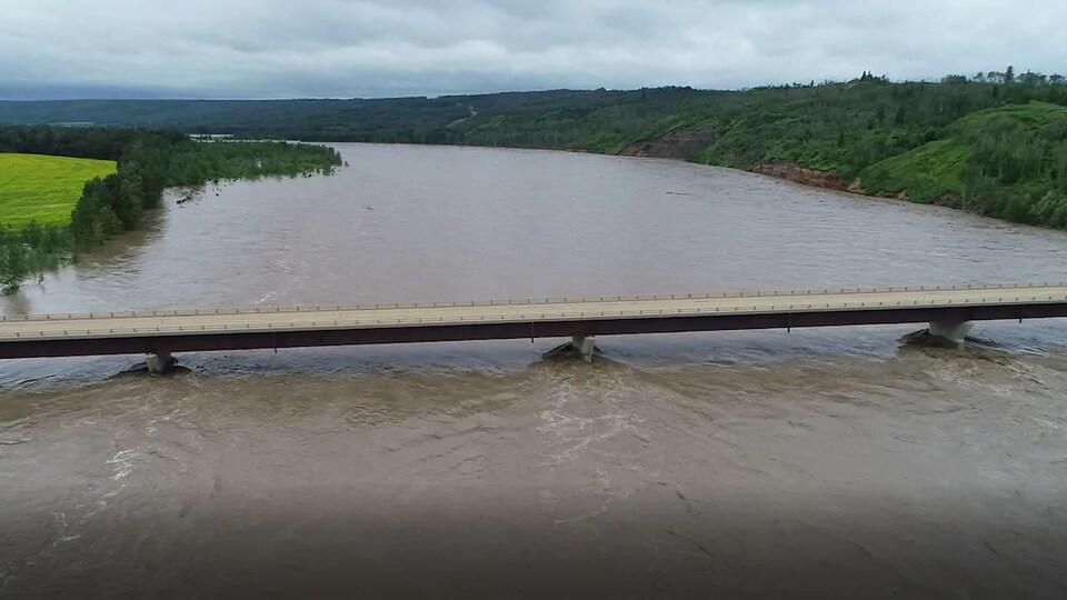 Une rivière agitée. On voit que les berges sont inondées.