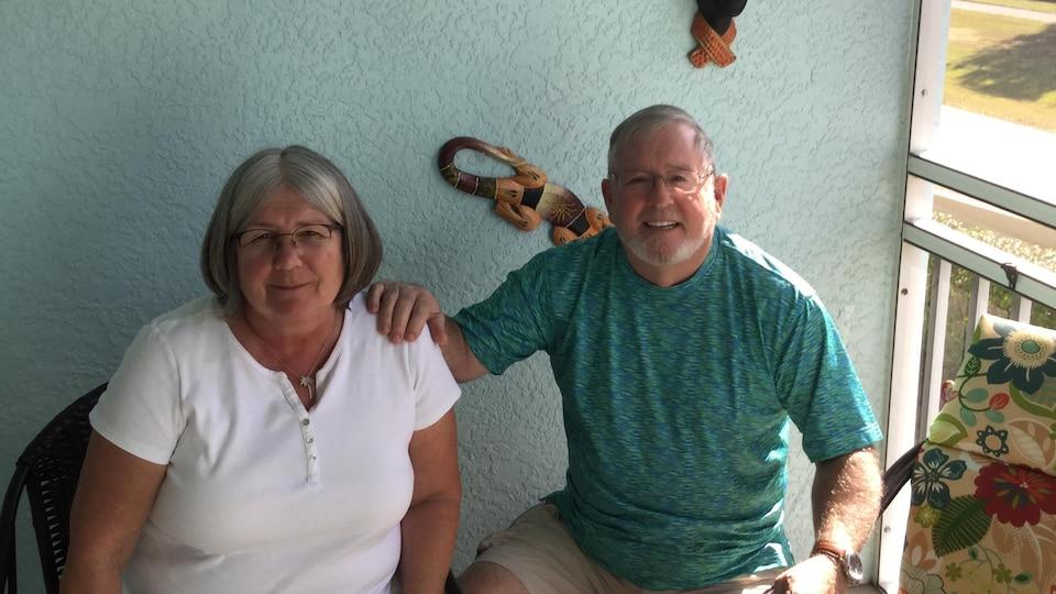 Thomas Wayne McIsaac et sa femme assis devant leur condo.