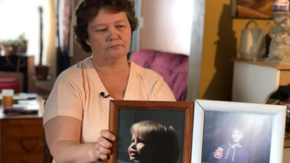 Wendy Golden montre des photos de son fils Kody Cook, à sa maison de Amherst, en Nouvelle-Écosse.