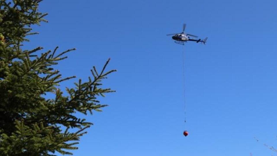 Un hélicoptère dans le ciel.
