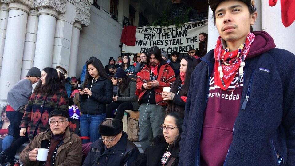 Des manifestants devant l'Assemblée législative de la Colombie-Britannique.