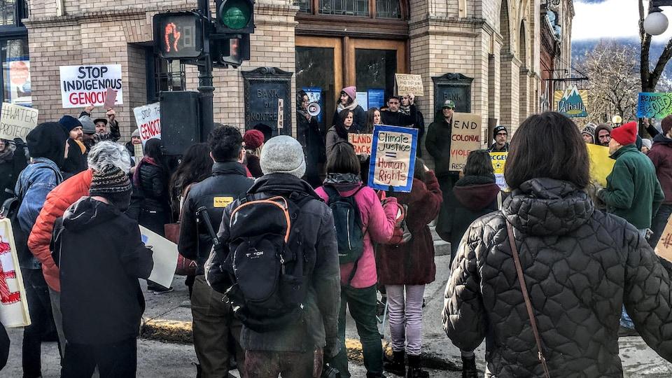 Des manifestants entourent la BMO à Nelson, en Colombie-Britannique.