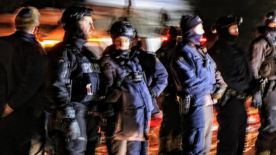 Des policiers, la nuit.