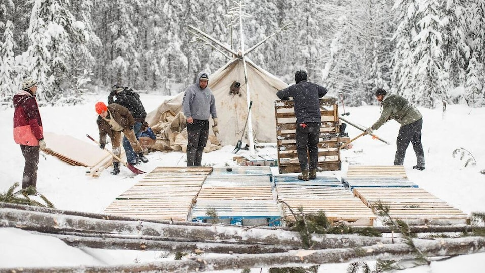 Des opposants au pipeline bâtissent un campement.