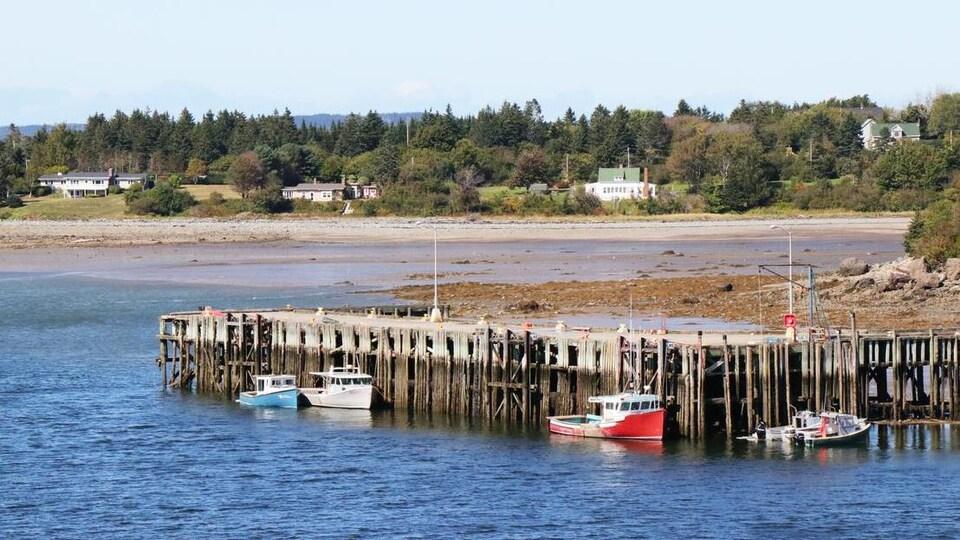 Le quai et des bateaux.
