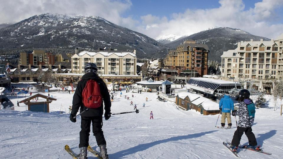 Des skieurs dans une station