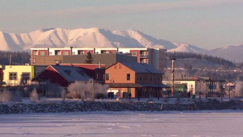 La ville de Whitehorse pendant l'hiver avec un ciel bleu et des collines enneigées