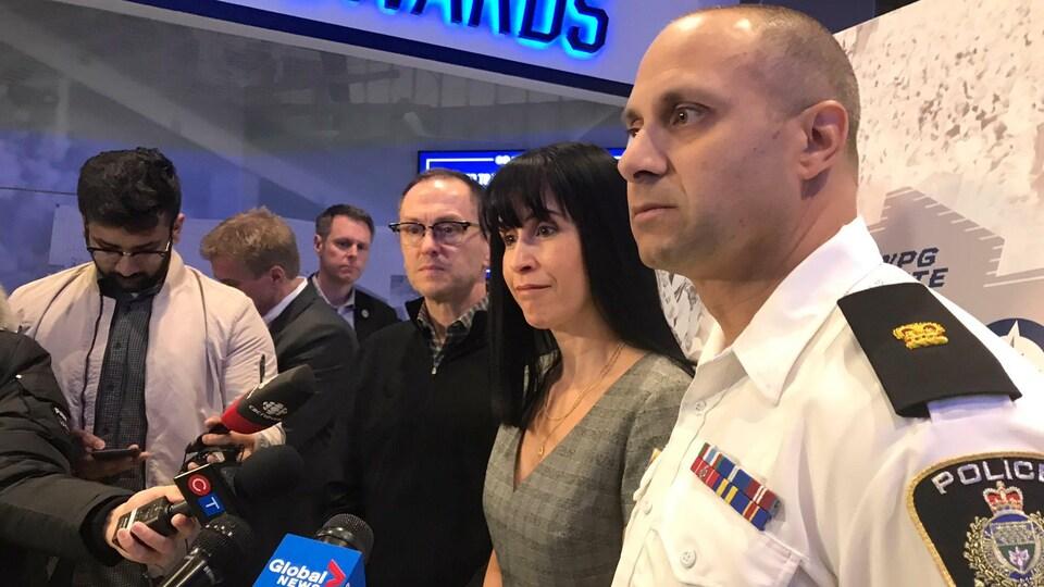 Le vice-président de True North, Kevin Donnelly, la présidente et directrice générale de l'organisme Développement économique Winnipeg, Dayna Spiring et Dave Dalal, commandant chargé des événements spéciaux à la police de Winnipeg ont répondu aux questions des journalistes lors d'un point de presse concernant les fêtes de rue des Jets.