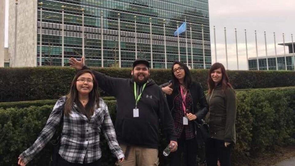 La militante Widia Larivière avec la délégation du Wapikoni mobile devant les Nations unies