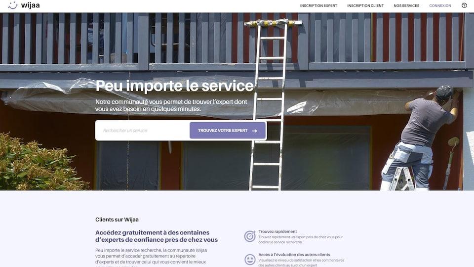 Page d'accueil du site web où l'on voit un travailleur réparer une toiture.