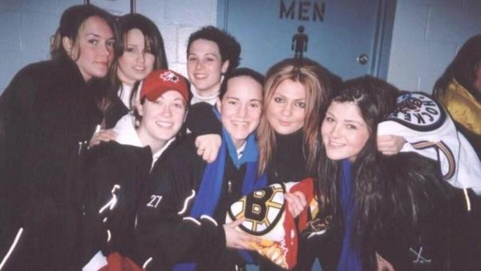 Des membres de l'équipe de hockey féminin des Wildcats de Windsor en 2005.