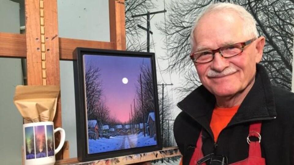L'artiste Wilf Perreault devant son oeuvre Moonlit