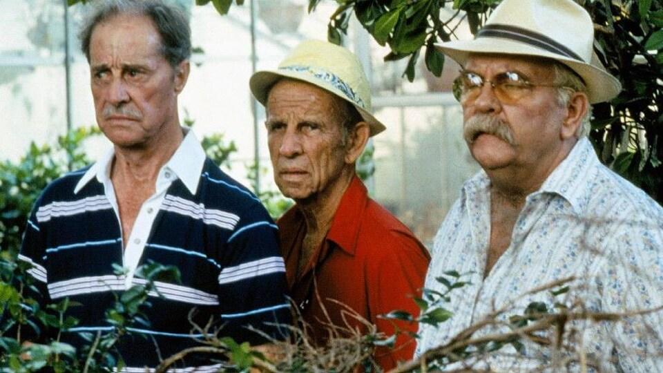 Trois hommes âgés regardent vers la gauche avec un regard inquiet.