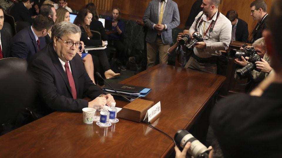 William Barr, se préparant à témoigner devant des sénateurs.