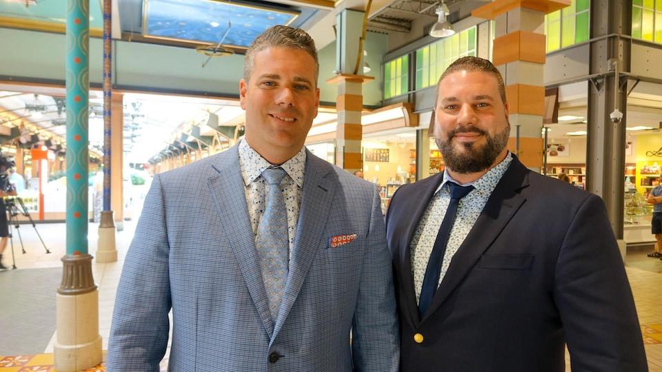 William et Jonathan Trudel photographiés à l'intérieur du centre commercial Fleur de lys.