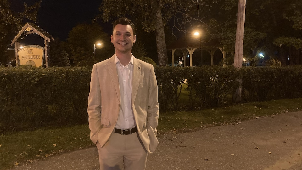 William Legault-Lacasse dans un parc à La Sarre, souriant.