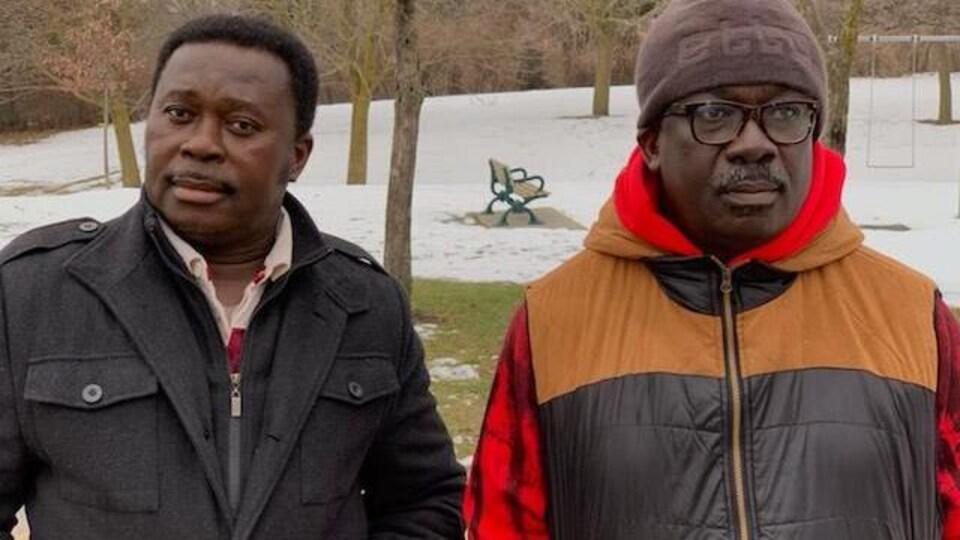William Owusu et Stephen Boakye à l'extérieur.