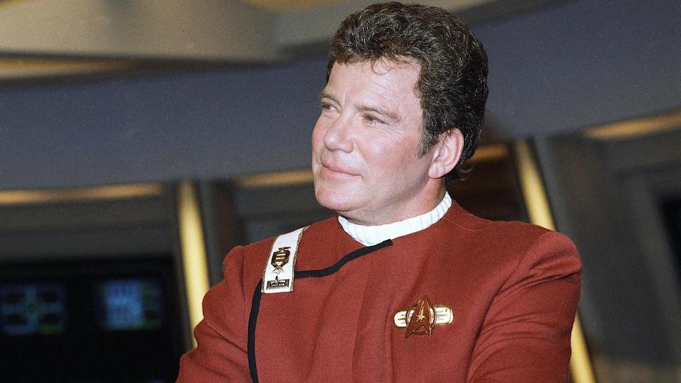 James Kirk, dans son vaisseau spatial, regarde à droite.