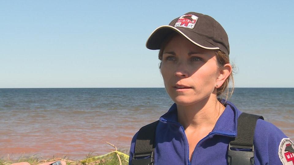 Tonya Wimmer interviewée près de la mer.