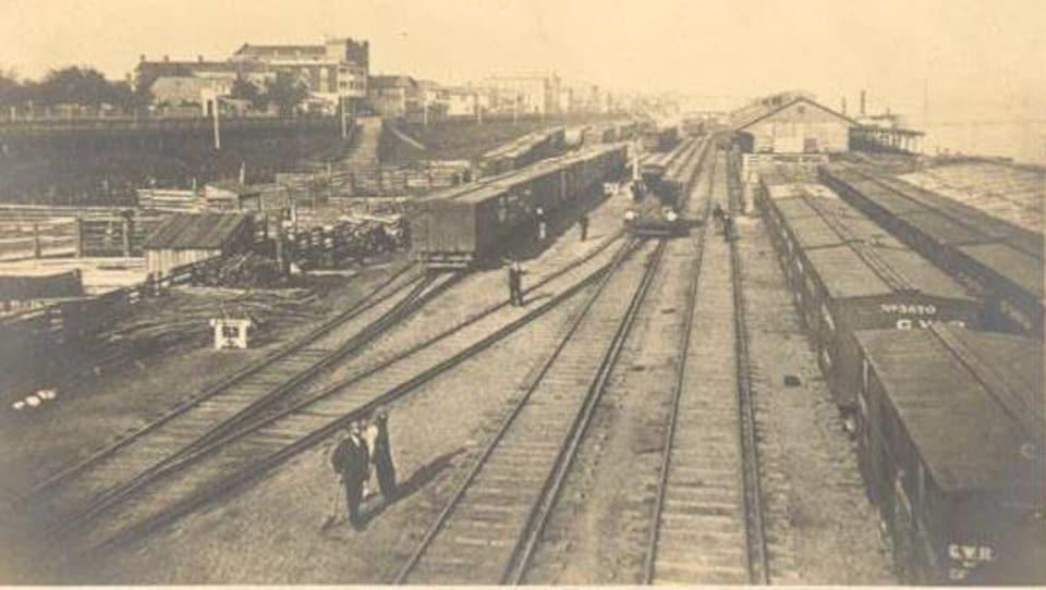 Plusieurs chemins de fer au bord de la rivière Détroit.