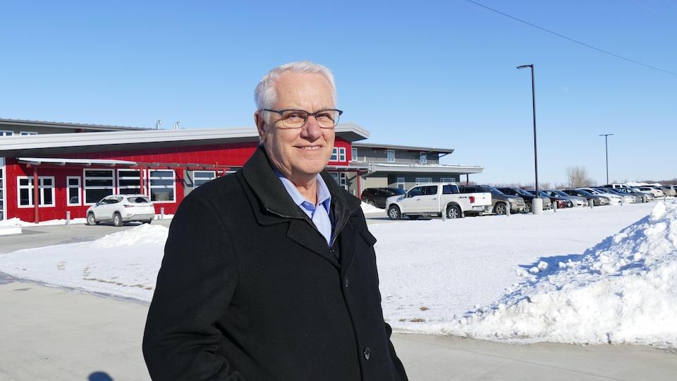 Le maire de Winkler, Martine Harder, debout devant une des entreprises de la ville.