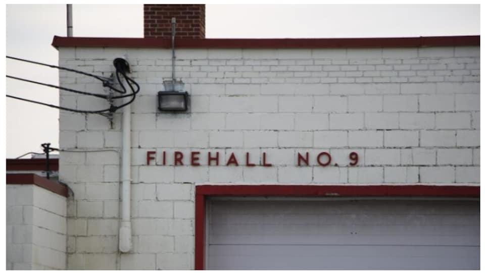 Entrée d'une caserne de pompiers.