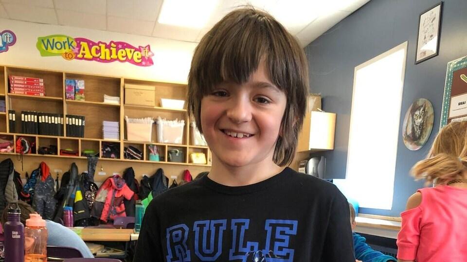 Dean Humeny, 9 ans, montre sa lettre à la caméra.