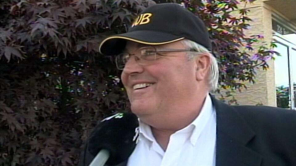 Winston Blackmore répond aux questions des journalistes après sa comparution en Cour provinciale le 9 octobre 2014.
