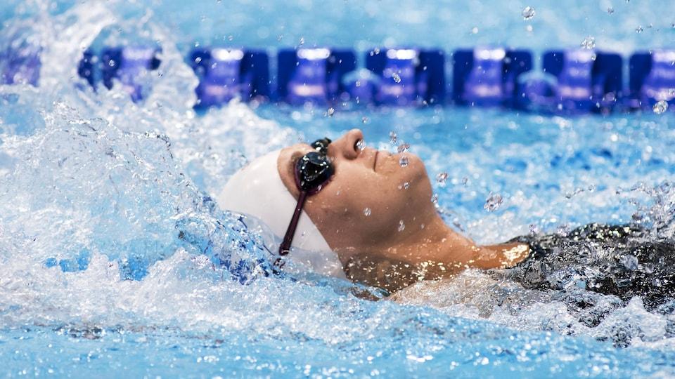 Nikita Ens nage sur le dos lors des Championnats du monde de paranatation à Londres en 2019.