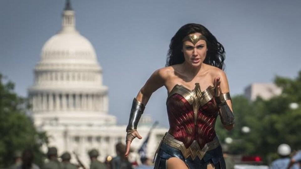 Une femme avec un corset court devant le capitol.