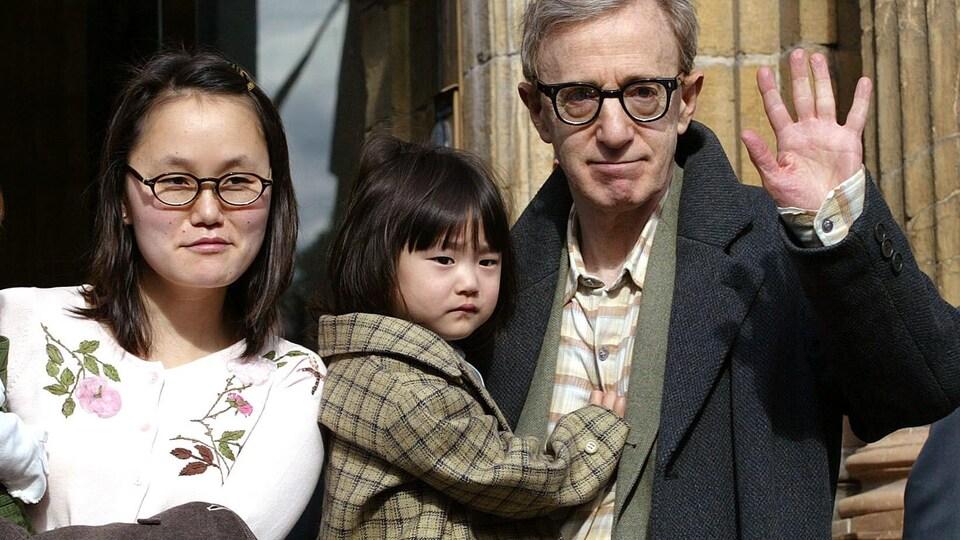 Woody Allen et sa femme Soon-Yi Previn, avec leur fille Bechet Dumaine, le 23 octobre 2002, en Espagne.